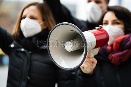 rebellion menschen schreien bei protest
