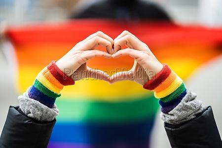 gay pride herz liebe armband geste