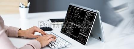 programmierer frau codierung auf laptop bildschirm