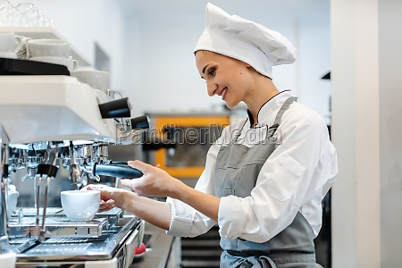 frau in cafe zubereitung espressopulver