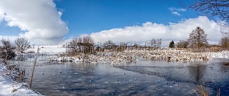schoene winter landschaftliche landschaft mit teich