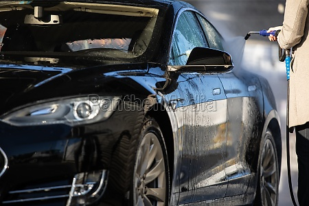 frau waschen ihr auto in einer