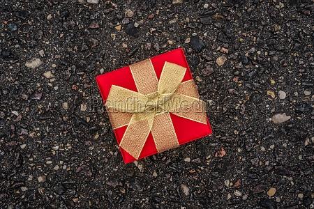 geschenkbox auf der asphaltstrasse