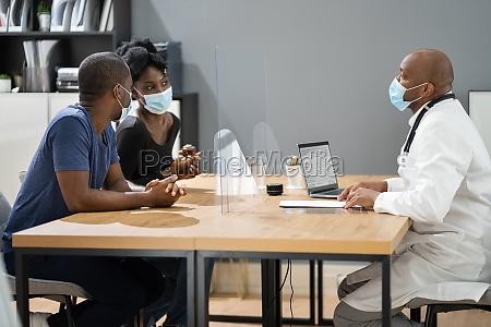 paar patient bei arzt