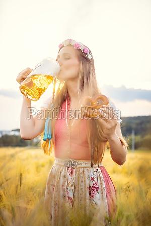 frau, in, traditioneller, kleidung, trinkt, bier - 29738020