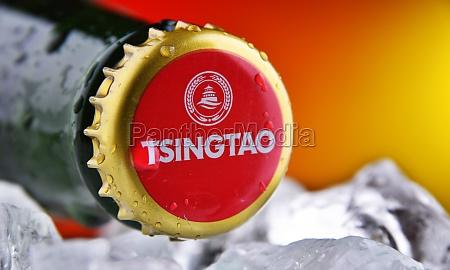 kronenkappe auf einer tsingtao bierflasche