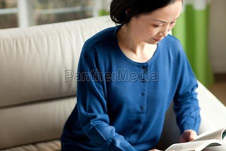 senioren lesen 60 asiaten indoor