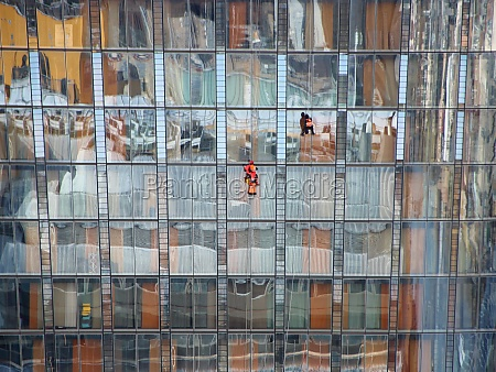 fensterarbeiter, auf, wolkenkratzer, mit, bunter, reflexion - 29745573