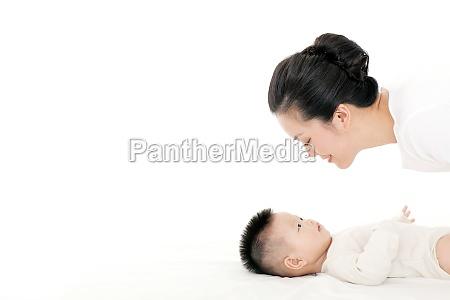 mutter zarte liebevolle pflege baby