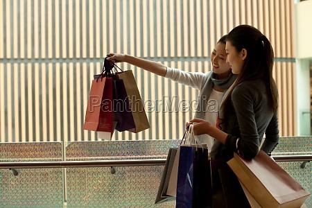 glueckliche freundinnen einkaufen