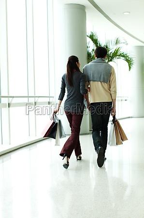ein paar in der mall shopping