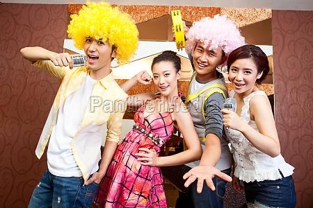 vier freunde halten partys