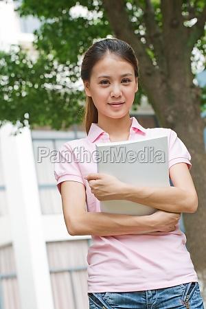junge chinesische studenten die in der
