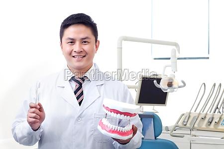 chinesischer zahnarzt bei derkkontrolle fuer die