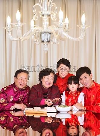 begleitende ausgegaengliche aeltere frau grosseltern chinesische