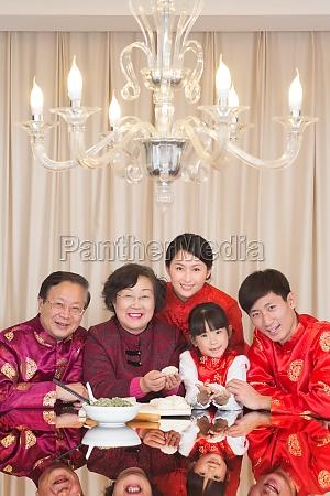 familienfoto AEltere maenner fuenf kinder asiaten
