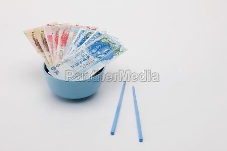 hongkong dollar banknoten in einer schuessel