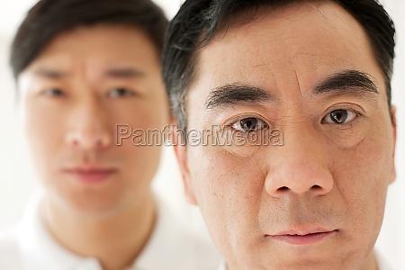 junger mann mit vater mittleren alters