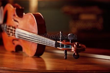 violine im retro stil auf holztisch