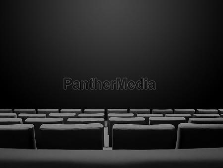 kinokino mit sitzreihen und schwarzem hintergrund