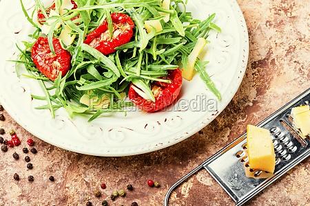 salat mit sonnengetrockneter tomate und rucola