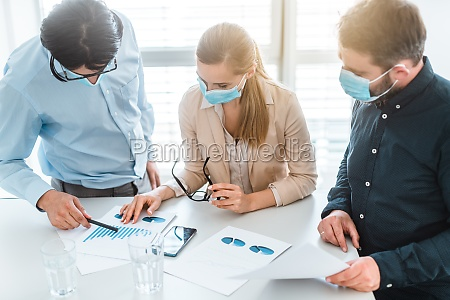 geschäftsleute, die, während, der, besprechung, masken, tragen - 29768821