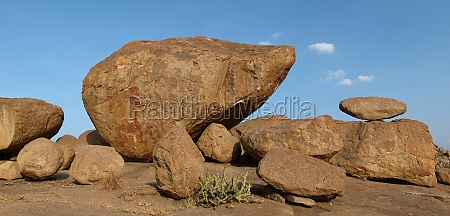 schoene balancierende granitboulder