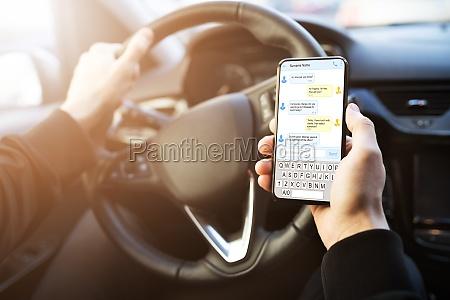 mann tipping textnachricht auf dem handy