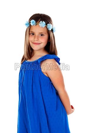 schoenes kleines maedchen mit blauem kleid