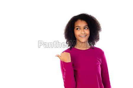 teenager maedchen mit afro haar traegt