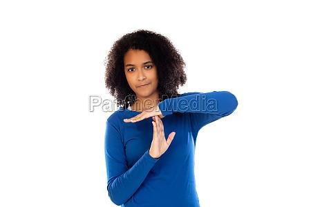 teenager maedchen traegt blauen pullover