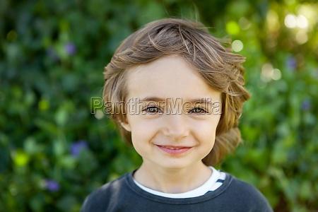 portraet eines kleinen kindes auf dem