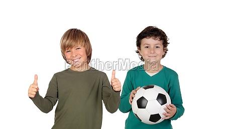 klassenkameraden mit einem fussball