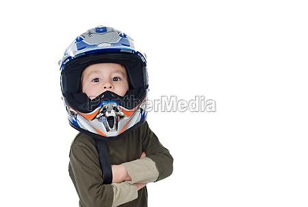 kind mit motorradhelm mit blick auf