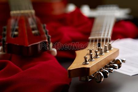 elektrische und klassische akustikgitarrenkoepfe