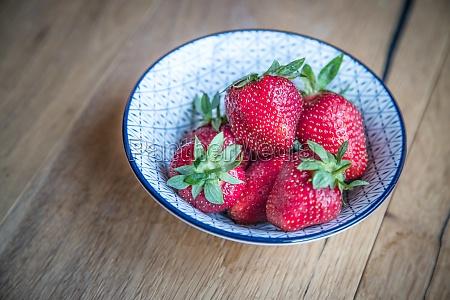 sommerzeit frische rote erdbeeren in einer