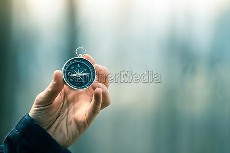 kompass in der hand halten outdoor