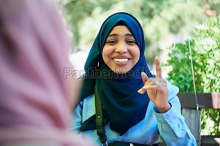 afrikanische muslimische geschaeftsfrau portraet