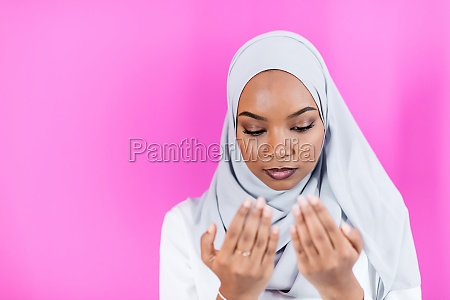 afrikanische muslimische frau betet traditionell zu