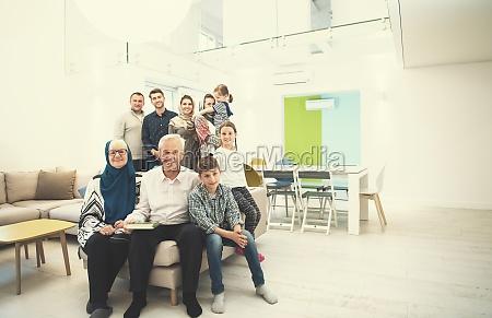 portraet einer gluecklichen modernen muslimischen familie