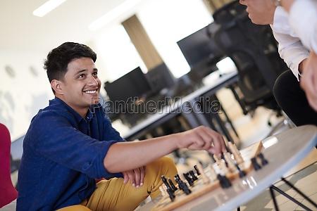 multiethnische gruppe von geschaeftsleuten die schach
