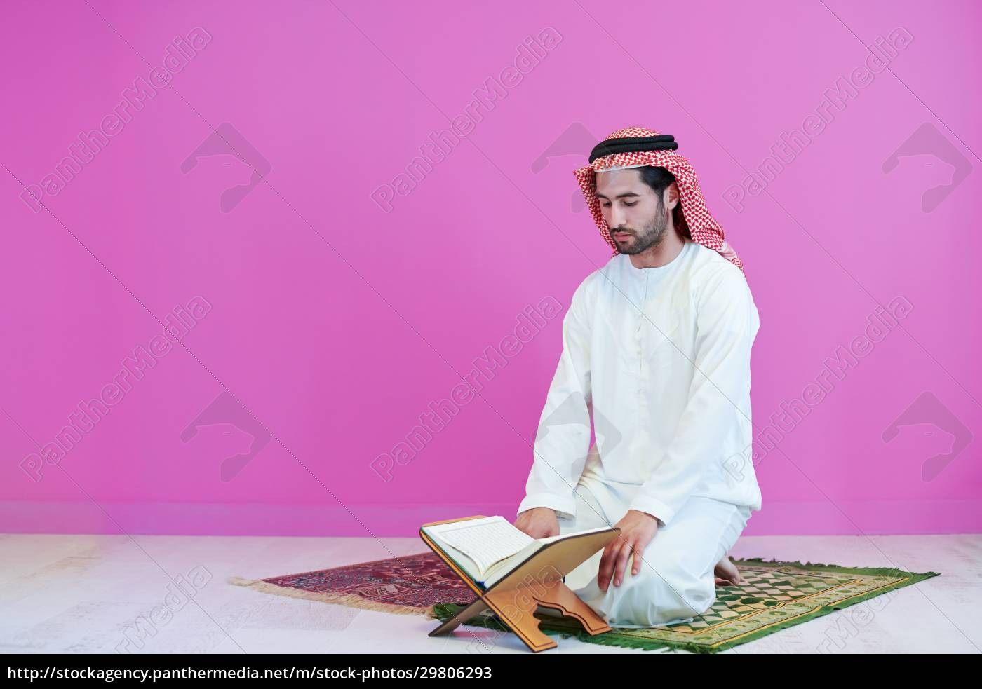 junger, arabischer, muslimischer, mann, der, zu, hause - 29806293