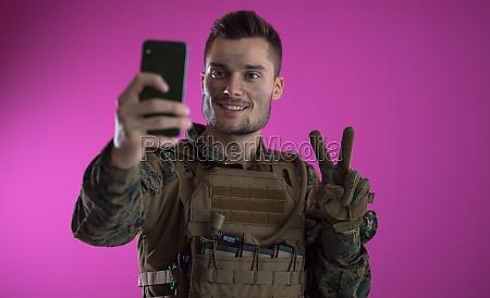 soldat mit smartphone