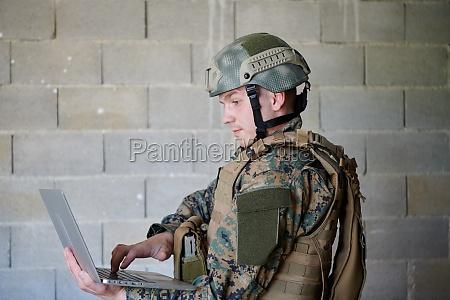 soldat mit laptop computer