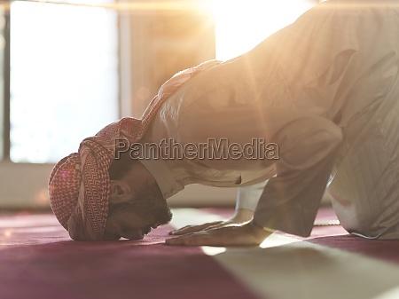 muslimisches gebet in der moschee