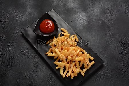 pommes frites oder kartoffelchips mit ketchup