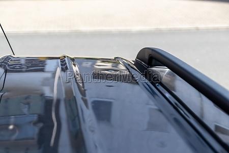 autodach mit vielen hagelschaeden zeigt die