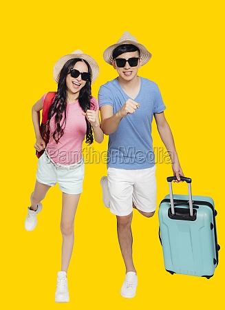 gluecklich aufgeregt junge paar touristen laufen