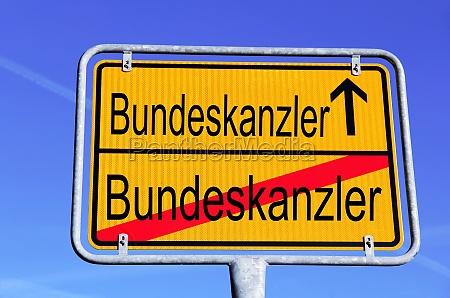 ein deutsches strassenschild mit derkanzlerin zur