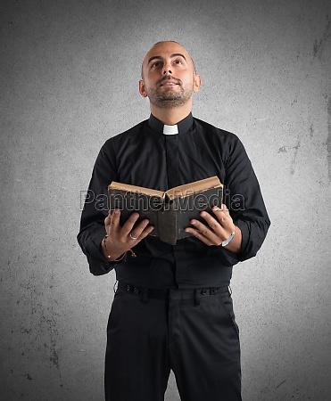 priester betet